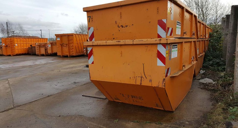 Bufe Gmbh in Hannover, Containerdienste - leere orangener Bauschuttcontainer, mobil